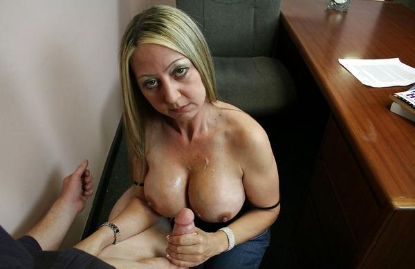 éjaculer sur gros seins après pipe au bureau