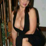 femme mature en robe de soirée décolleté