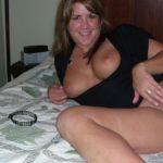 cougar se doigte sur son lit