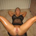 femme mature jambes écartées
