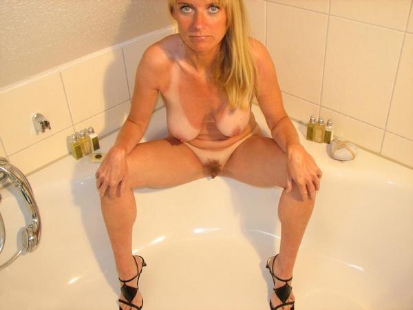cougar nue salle de bain