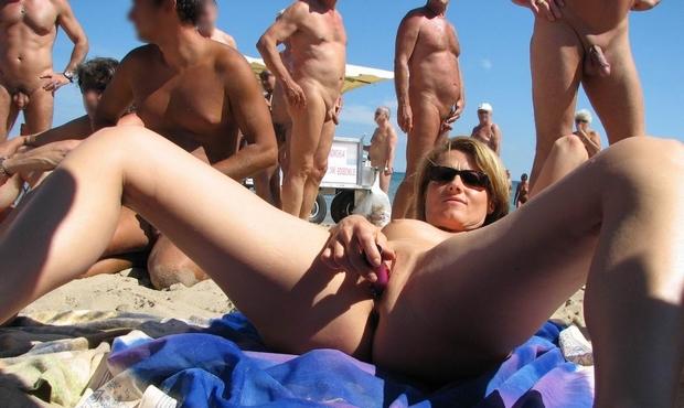 femme se masturbe sur la plage