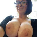 MILF à lunettes à forte poitrine