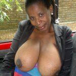 cougar noire gros seins en public dans la voiture