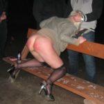 femme fessée banc public