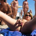 femme se doigte en public à la plage