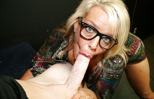vieille suceuse a lunettes
