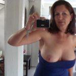 selfie femme mature cougar montre un seins snapchat