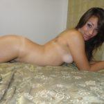 jeune salope pose sur son lit