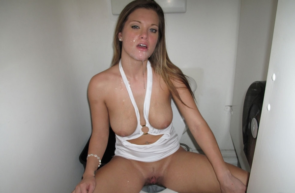 salope au wc fille sexy en petite tenue