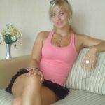 MILF cougar blonde en mini jupe très hot et sexy photos