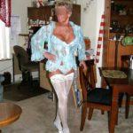 mamie sexy en porte-jarretelles