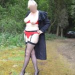 femme mature en porte-jarretelles